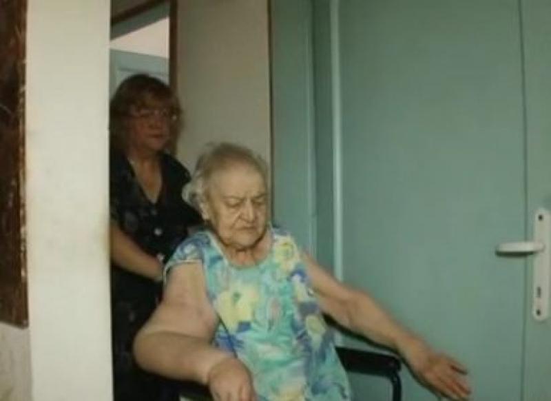 Ужас: Бюрократи принуждават жена, прикована на легло, да изкачи 20 стъпала (ВИДЕО)
