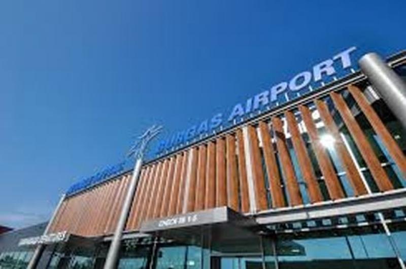 Самолет совершил вынужденную посадку в аэропорту Бургаса после сигнала о бомбе