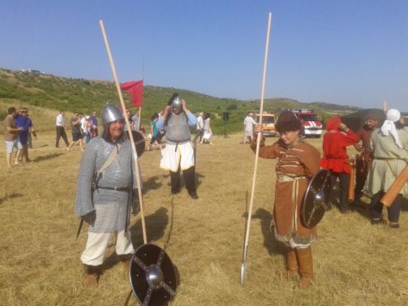 Туристи с мечове и лъкове в крепостта Маркели