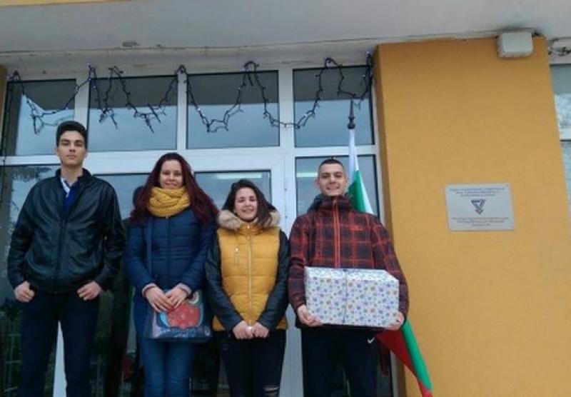 Ученици от ПМГ-Бургас се отказаха от коледни подаръци, дариха средствата на дом за деца