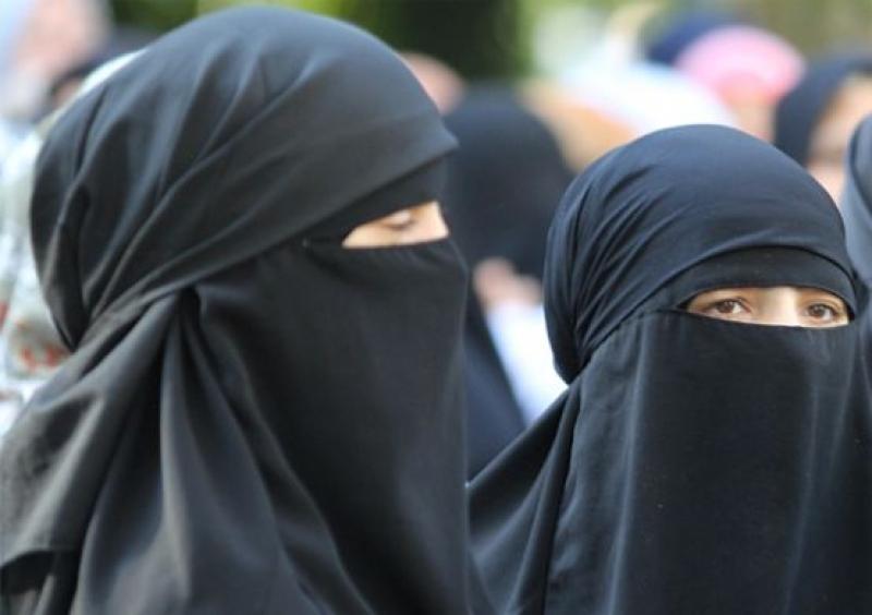 Съдът на ЕС: Работодателите могат да забраняват забулването на жени на работа