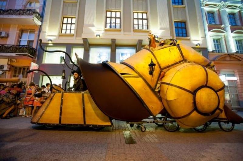 """Охлюмотив, гигантски богомолки, рисуване с колела и концерти на Моста във """"Включи града"""""""