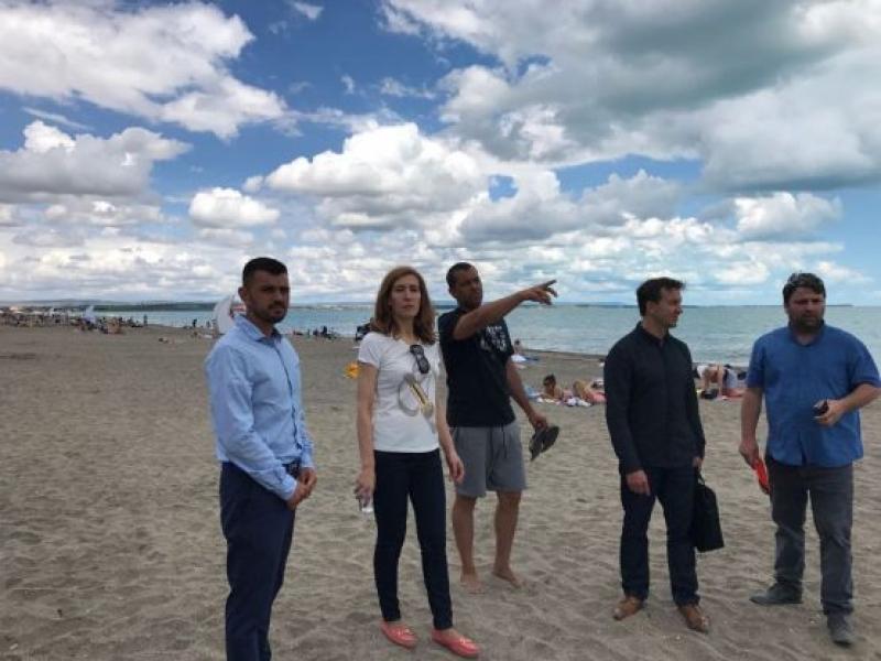 Министър Ангелкова инспектира два морски плажа на територията на Бургас