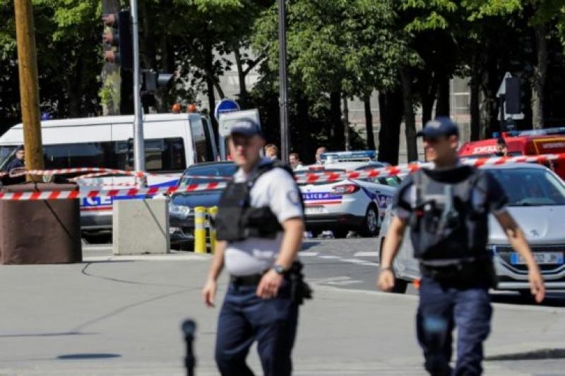 Въоръжен се вряза с кола в микробус на френската жандармерия в Париж