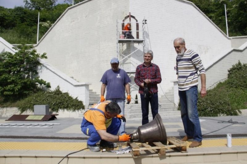 "Поставиха камбаната на параход ""Родина"" срещу Моста в Бургас"