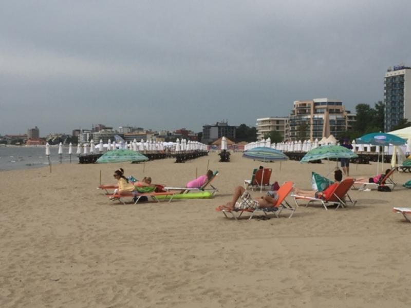 Северният плаж в Слънчев бряг посреща туристи изряден и със спасители