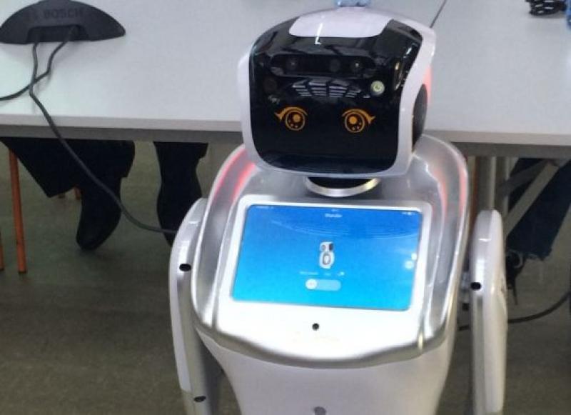 Роботът Елф посрещна бъдещите гимназисти на училището по програмиране