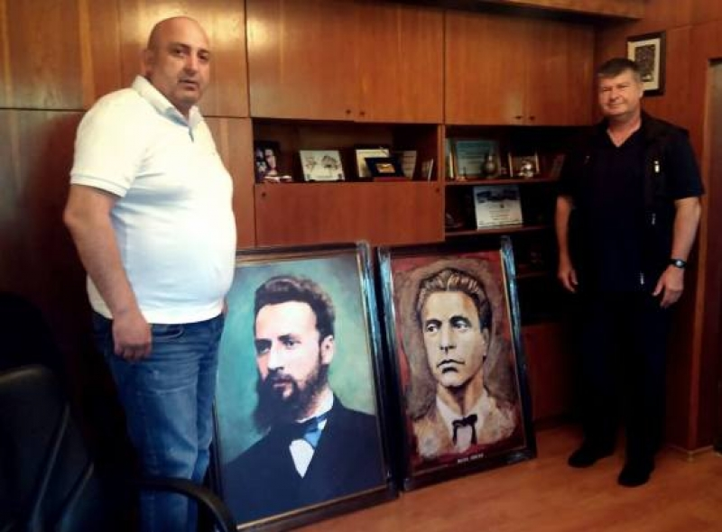 Водещ онколог подари потрети на Левски и Ботев на община Малко Търново