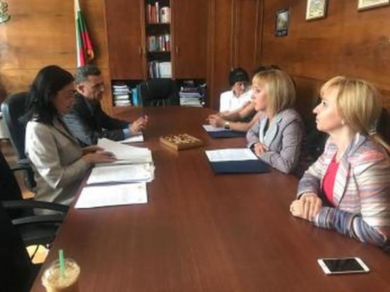 Омбудсманът Мая Манолова сезира прокуратурата за цените на парното и тока