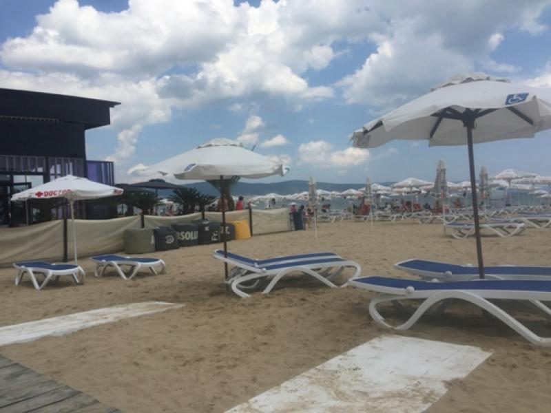 Безплатни чадъри и шезлонги за туристи с увреждания на Южния плаж в Слънчев бряг