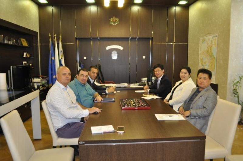 Културен и икономически обмен между Корея и Бургас обсъдиха Н. Пр. Джънг Джингю и кметът Николов