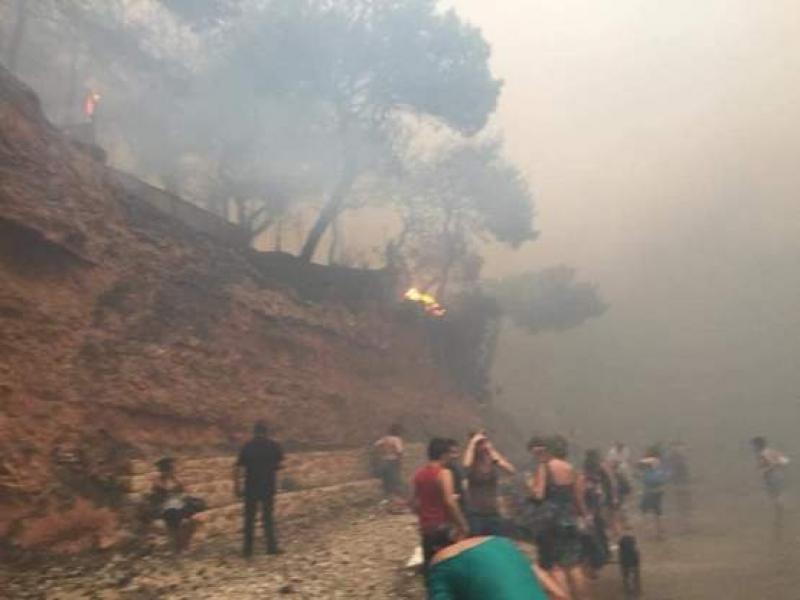Над 700 души са евакуирани по море от горските пожари около Атина
