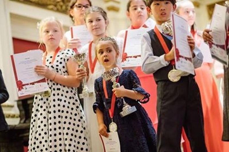 """Четиригодишна възпитаничка на бургаска музикална школа ще свири в """"Карнеги хол"""" и """"Роял Албърт Хол"""""""