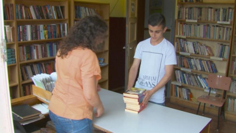 Ученик дари над 3000 книги на читалища и домове за възрастни