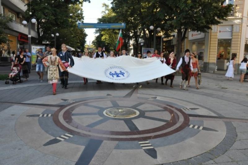 Пищно дефиле сложи началото на 46-я Международен фолклорен фестивал