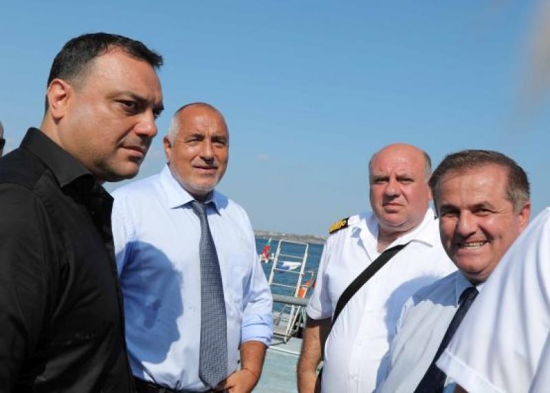 Бойко Борисов се срещна с екипа, отстраняващ мазута от