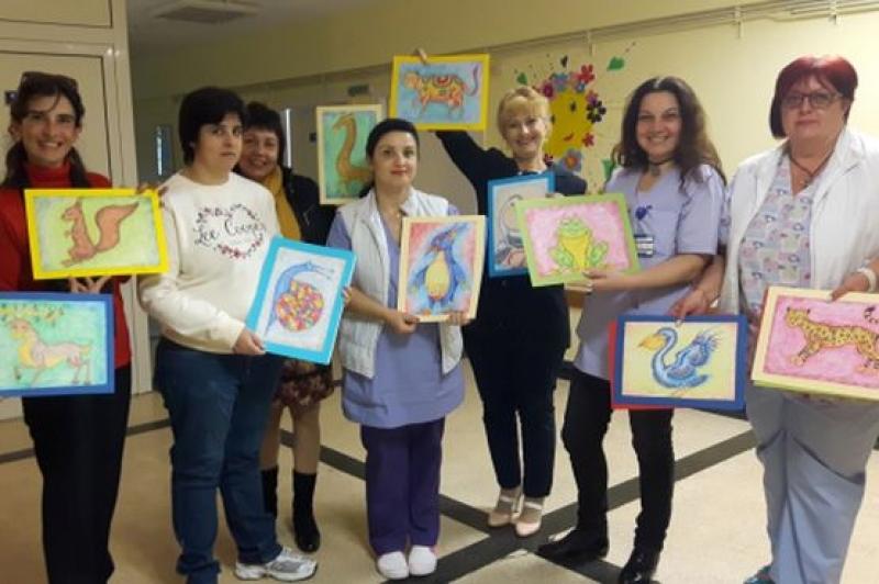 Талантлива художничка подари свои творби на УМБАЛ - Бургас