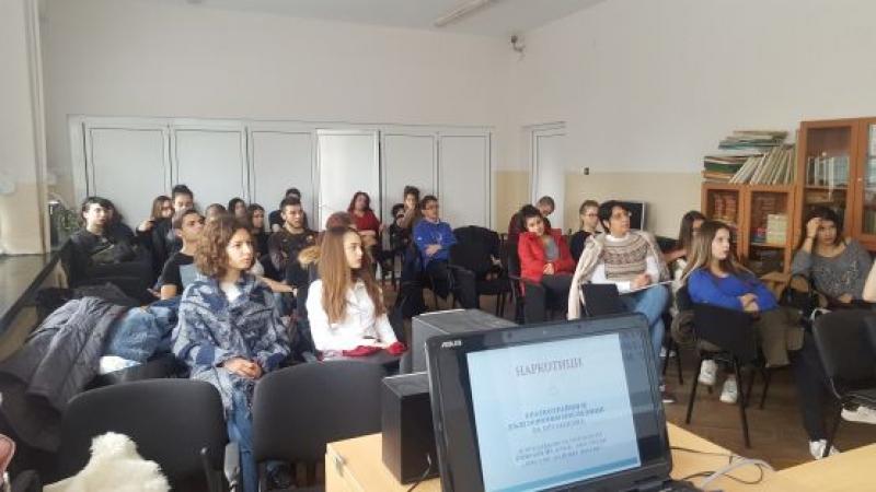 Районен магистрат и полицейски инспектор на открит урок за наркотици в Немската гимназия в Бургас