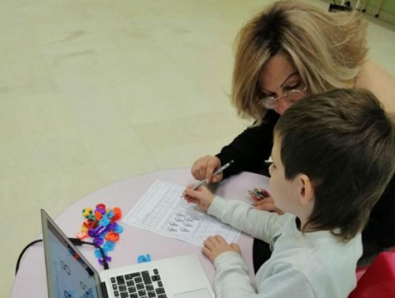Специален педагог от РЦ-Бургас въведе по интригуващ начин дете със СОП в света на математиката