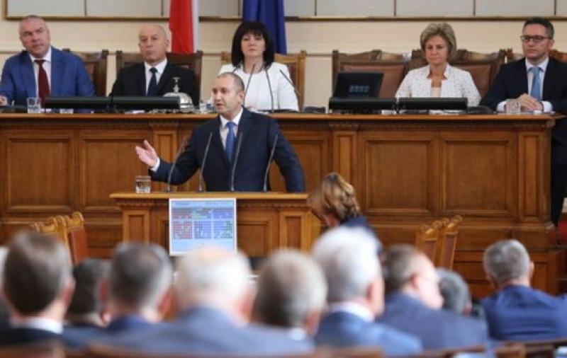 Президентът : Или апатията ще продължи да опразва България, или улицата ще помете статуквото.