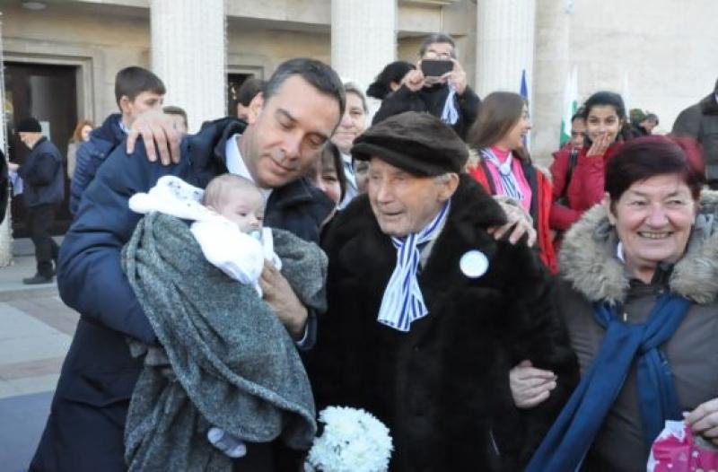 Именици със 102 години разлика се снимаха в Бургас