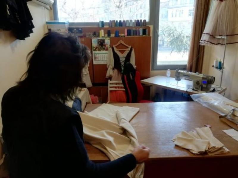Служители на бургаската опера шият маски вместо костюми