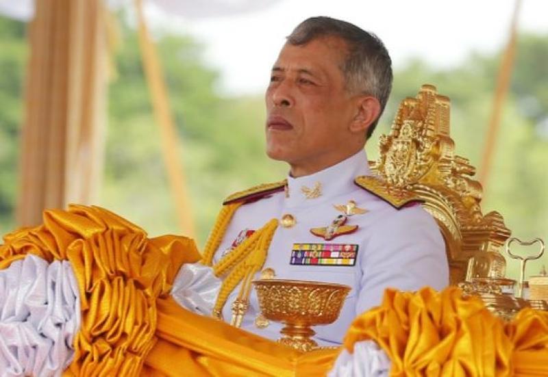 Кралят на Тайланд се е самоизолирал  с 20 наложници в Германия