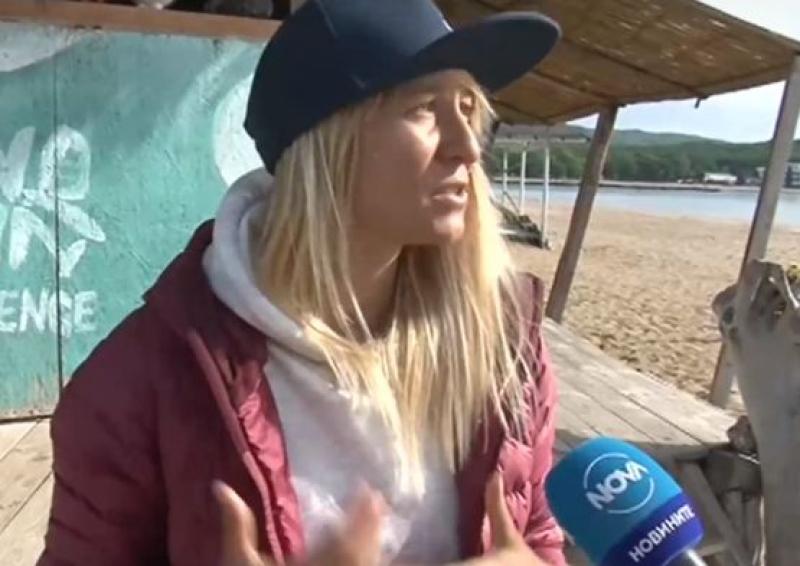 Сърфисти чистят от пластмаса плажовете